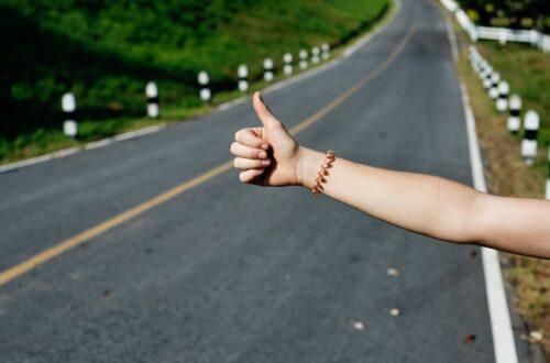 """Daumen raus an der Straße, ein Zeichen für """"ich will mitgenommen werden"""""""
