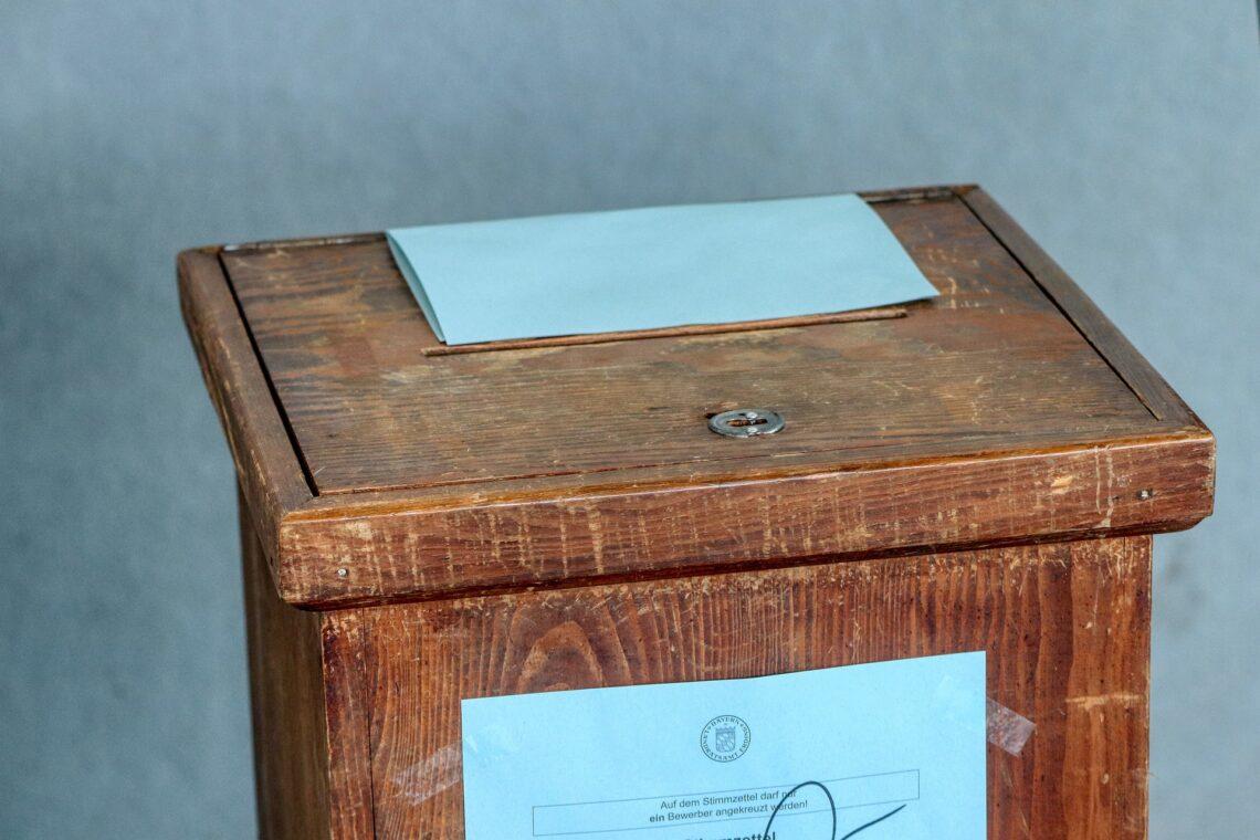 Wahlurne aus Holz