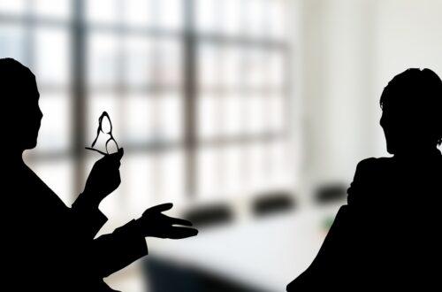 Gespräch zwischen zwei Personen in einem Konferenzraum