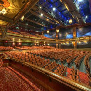 Ein Theater mit leeren Sitzplätzen